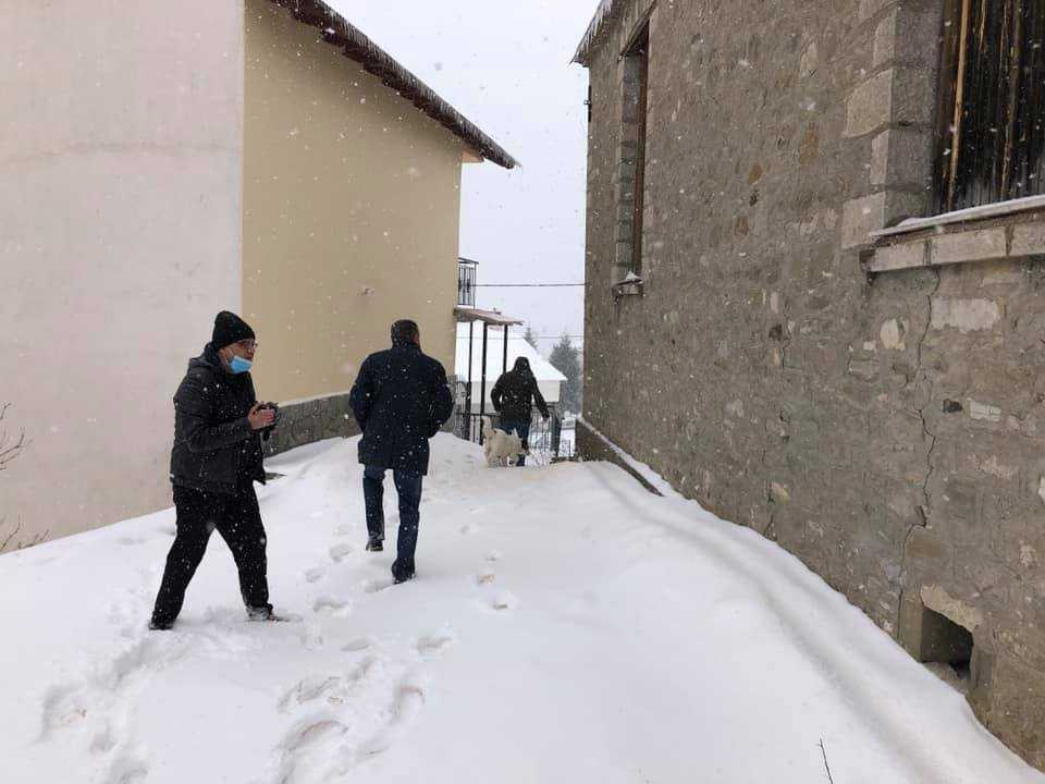 Αυτοψία του δήμαρχου  Δήμου Γρεβενών Γιώργου Δασταμάνη και των Αντιδήμαρχων Τριγωνη Χρηστο και Κιάκα Ζήση, στο δημοτικό σχολείο και τις εκκλησίες της χιονισμένης Σαμαρίνας μετα την σεισμικη δονηση 4,3 R στην περιοχη μας.