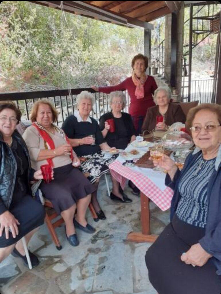 Συνεχίζονται οι επισκέψεις στα σπίτια από τις εναπομείναντες γυναίκες τού χωριού.